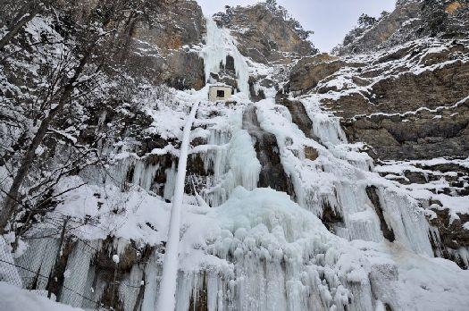 Зимой водопады могут быть как жидки, так и твердые.. Интересно, как больше нравятся Вам?