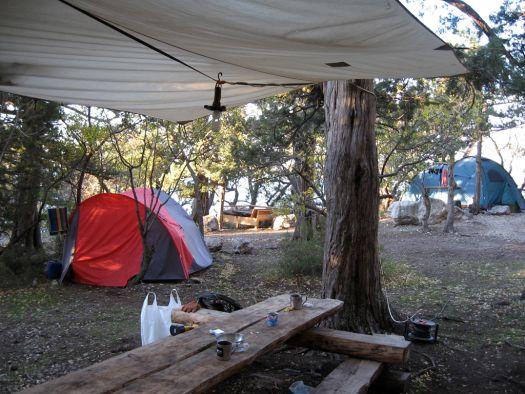 Кемпинг-парк расположен Кемпинг-парк расположен у подножия горы Куш-Кая, среди дубов и можжевеловых деревьев