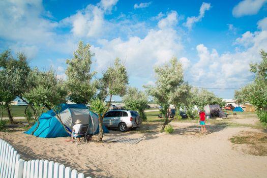 Кемпинг Лазурный берег привлекает чистой, обустроенной территорией и демократичными ценами