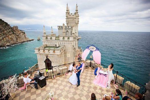 Одно из самых популярных мест для молодоженов в Крыму, конечно, всегда будет Ялта!