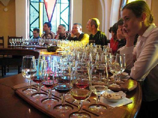 После освежающих прогулок на открытом воздухе приятно посидеть в хорошей компании и отведать изысканные  вина