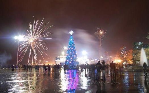 В большинстве курортных городах в центре города устанавливаются новогодние елки, где и проходят основные празднества