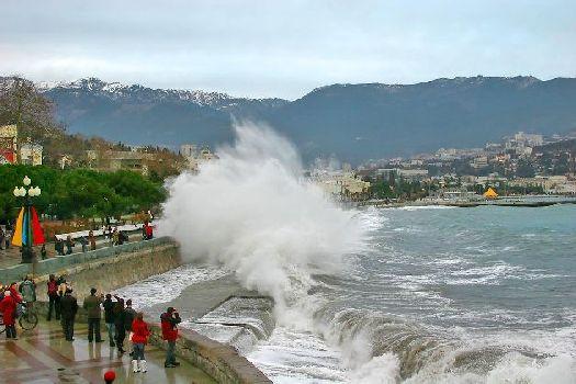 Море зимой в Крыму может быть разным - как умиротворенным, так и непокорным!