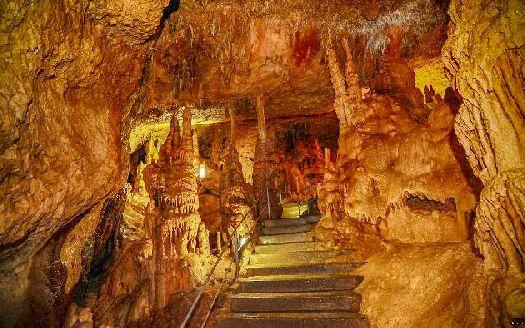 Чего не только не придумают в наше время.. как насчет встретить Новый год в настоящей пещере? )