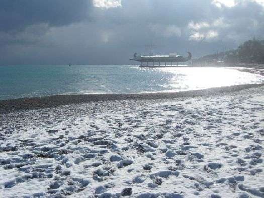 Многие считают, что теплее всего зимой в Большой Ялте, так как она защищена от холодных ветров с севера горами