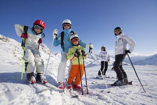 В Крым на горнолыжный отдых можно ехать и с детьми, при этом стоит позаботиться о том, чтобы выбрать подходящую сложность трассы