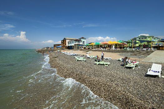 Пляж оборудован шезлонгами и зонтиками
