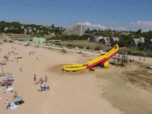 Вид на жилой корпус и песчано-галечный пляж турбазы Мокроусова