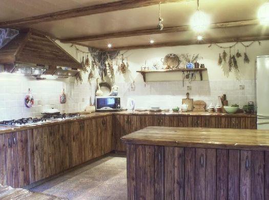 На летней кухне можно приготовить еду, что существенно экономит средства