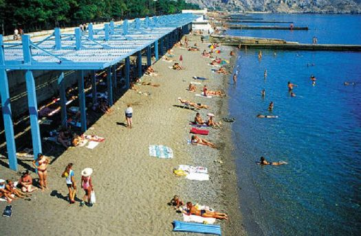 Просторный пляж санатория, обширный теневой навес позволяет укрыться от полуденного солнца