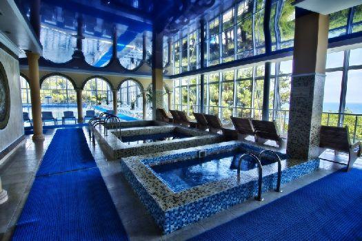 Крытый бассейн на первом этаже современного водно-оздоровительного комплекса