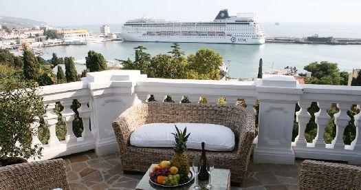 C балкона открывается потрясающий вид на море
