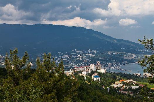 С тех пор, как в ХХ веке Крым объявили всесоюзной здравницей, в Ялте началось активное строительство гостиниц и баз отдыха, которое продолжается и по сей день