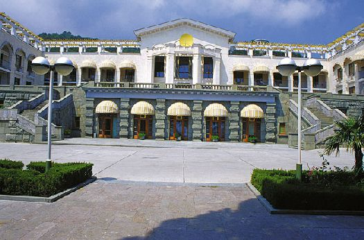 Здравница - настоящая гордость Ялты, она был возведена на месте резиденции Николая I, после чего стала любимым местом отдыха правящего класса советского общества