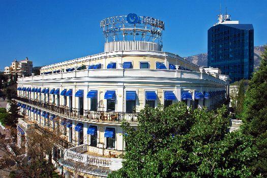 Гостиница ''Ореанда'' - одна из самых известных в Ялте, благодаря своему эффектному местоположению она всегда у всех на виду