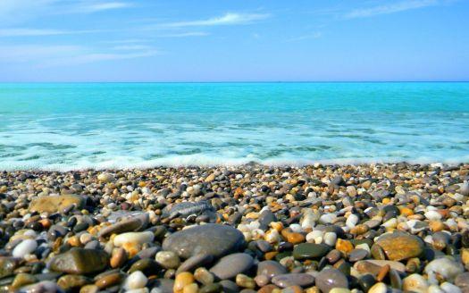 Крым или Абхазия? И там и там Черное море, а где отдых лучше и дешевле?